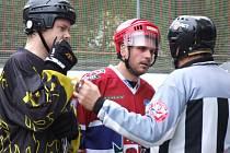 Regionální derby MHbL mezi hokejbalisty Slzy Třebíč (vlevo) a mistrovskou Jihlavou sice bylo jednoznačnou záležitostí hostů z krajského města, ale duel provázela řada vyloučení. Rozhodčí Chytil vylučoval na každé straně celkem sedmkrát.