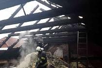 K požáru střechy stodoly s dílnou vyjíždělo do Přeckova hned šest jednotek hasičů.
