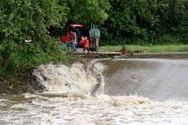 Řeka Jihlava u splavu v Poušově.