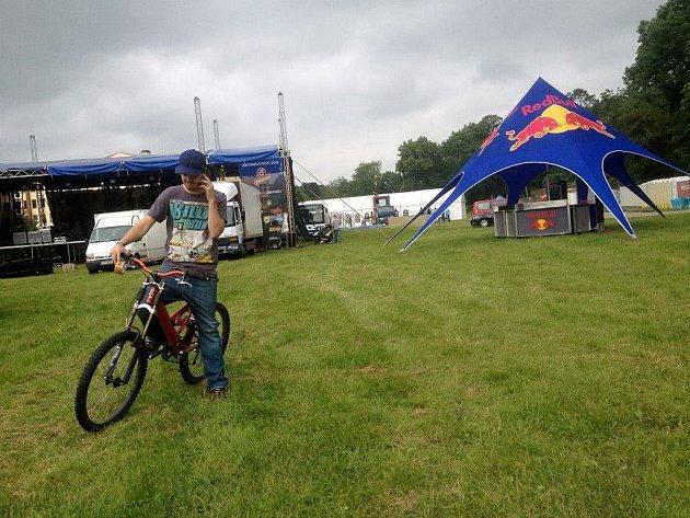 Hlavní pořadatel třebíčského kultovního festivalu Zámostí Dan Janík má v průběhu víkendového hudebního maratonu plné ruce práce. Vidět bývá na kole a s telefonem u ucha.