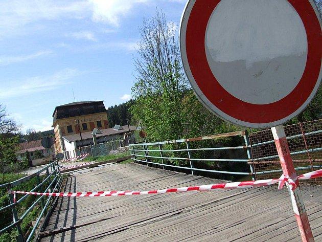 Dopravní značky v minulosti někdo ukradl, a tak městys Vladislav přehradil mostek u Pazderníkova mlýna těžkou traverzou.
