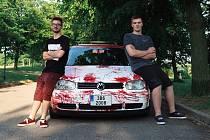 """Karel Polášek z Trnavy a Jan Kuba z Horního Újezda. Co mají společného? Jedno auto. A nepřehlédnutelné. Volkswagen Golf v krvavé úpravě. """"Koupili jsme ho, byl tmavomodrý, prostě nuda. Tak jsme se dali do vylepšování,"""" říká Karel. Když jedou po Třebíči, li"""