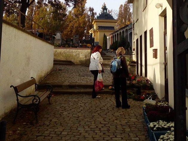 Jsou Dušičky a tak i na starý hřbitov v Třebíči míří víc lidí než obvykle.