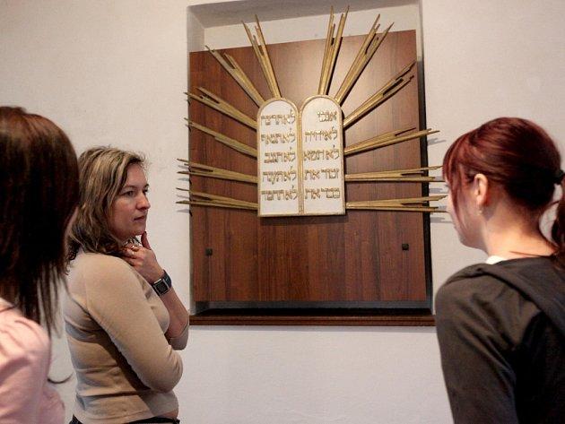 Pracovnice Informačního centra v Zadní synagoze v Třebíči si prohlížejí novu expozici. Vystavené exponáty dokumentují každodenní život běžných židovských domácností.