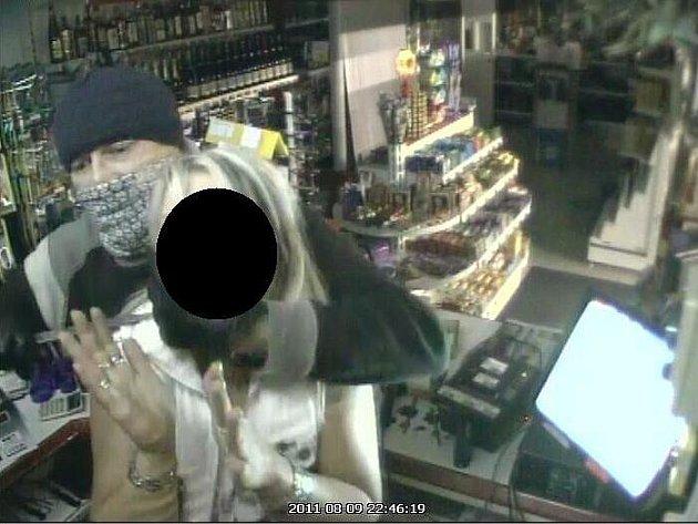 Kriminální policie pátrá po zloději, který v úterý v noci přepadl benzínku v ulici Hrotovická v Třebíči. K přepadení došlo pět minut po půl jedenácté.