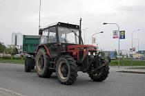 Zemědělci ve středu dopoledne vyrazili protestovat. S traktory projížděli hlavní silniční tahy nebo se pohybovali po městech.