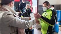 S distribucí krajští hasiči pomáhali již v minulosti, kdy rozváželi například respirátory nebo dezinfekce.