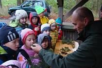 Všechny smysly musely zapojit děti při včerejším Dnu stromů v lesonické oboře. Mohly si zasadit strom a vyrobit ptačí budku, slyšely zvuk pily nebo viděly koně při práci v lese.