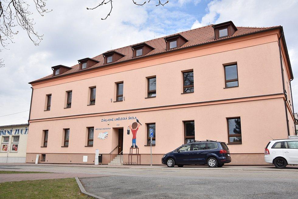 Budova Základní umělecké školy a městské knihovny v Hrotovicích.