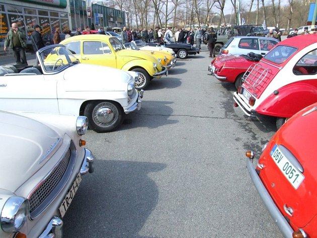 Příznivci historických vozidel podnikli tradiční otevírání sezóny.