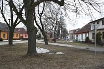 Centrum Čáslavic. Rodák Mojmír Fučík byl český a československý lékař.