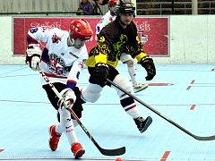 Třebíčští hokejbalisté (v černém) sice vypadli s týmem SK Jihlava B ve dvou zápasech, ale Slza prohrála čtvrtfinálovou sérii se ctí.