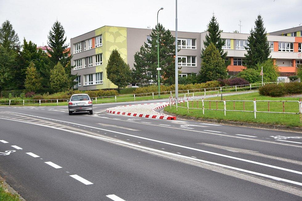Piktogramové koridory a ochranné pruhy pro cyklisty momentálně matou řidiče a komplikují dopravu v Třebíči