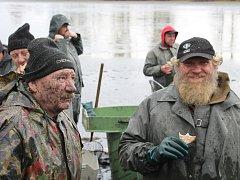 Davy lidí přijely na sobotní výlov Okrouhlíku, který je u Lipníku.Chleba se škvarkovkou přišel vhod.