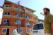 Starosta Jakubova Miroslav Kabelka je s rychlým průběhem stavebních prací spokojený. Novému bydlení dodávají další zajímavý rozměr netradiční velké balkony.