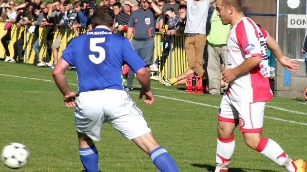 Rokytnice (v modrém) byla v domácím derby proti Chlístovu lepší. Hosté, kteří zůstali za očekáváním, zaznamenali čestný úspěch až v samotném závěru.