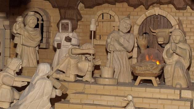 Emil Peitze si přímo ve svém domě vyřezal betlém. Podívat se může přijít každý.