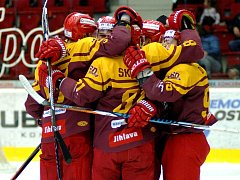 Hokejisté Dukly dokázali v Karlových Varech třikrát dotáhnout jednobrankovou ztrátu a v přesilovce pak dokončili obrat v utkání a vyhráli 4:3.