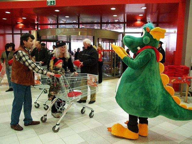Největší hypermarket v okolí Třebíče otevřel svoje brány zákazníkům.