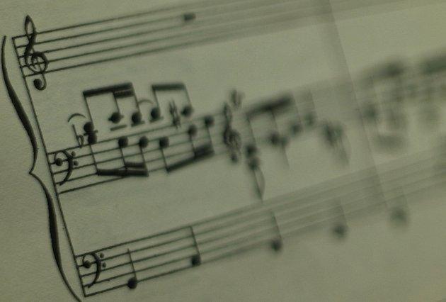"""8. Stejně jako každý následující měsíc budou koncerty """"Na varhany pro varhany."""" Pomáhají aspoň symbolicky financovat nákladnou stavbu tohoto nástroje. Adaří se. """"Skoro celý si ho farníci zaplatili sami,"""" říká svelkým respektem Anna."""