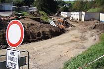 Do Poušova se od rybníku Kuchyňka řidiči nyní nedostanou. Práce na stavbě nové křižovatky by měly skončit na konci listopadu.