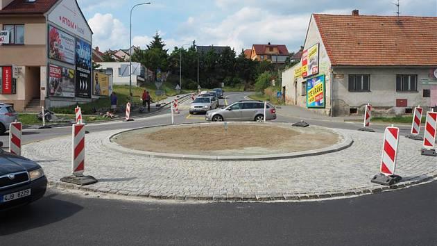 Nový kruhový objezd na ulici Cyrilometodějská v Třebíči.