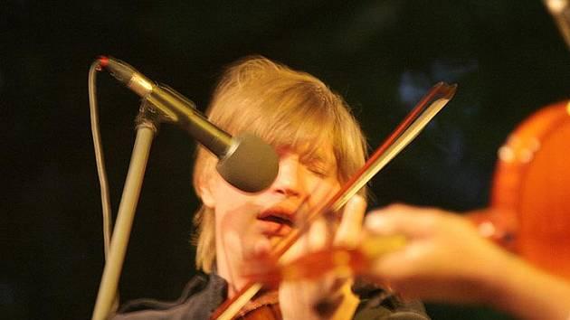 GÉNIUS. Srbský génius z Maďarska, fenomenální houslista Félix Lajkó při vystoupení v Náměšti nad Oslavou.