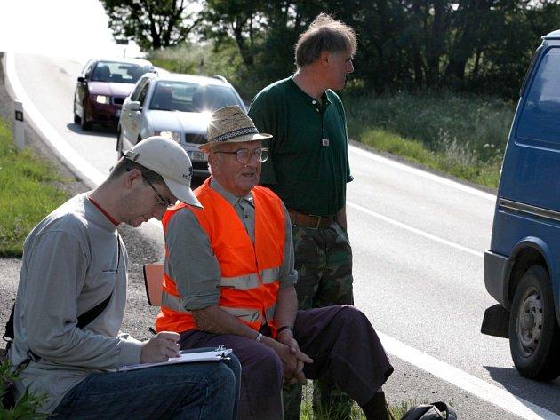 Na hlavním tahu Vladislaví pracovaly čtyři sčítací hlídky, po dvou v každém směru. Jeden člověk hlásil registrační značky, druhý je zapisoval.  Pro kontrolu snímaly projíždějící auta i kamery.