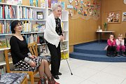 Městská knihovna v Třebíči ocenila své nemladší čtenáře. Zleva ředitelka knihovny Marie Dočkalová a čtyřiadevadesátiletá Jarmila Jičínská.