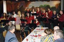 Koncert Jakubovského hudebního souboru navštívilo v Mladoňovicích asi padesát lidí. Společně se tak nechali naladit na blížící se vánoční svátky.