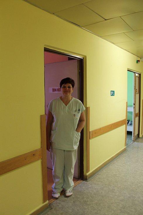 Panelák staré chirurgie (CH) v Nemocnici Třebíč - staniční sestra Yvona Andělová, její oddělení funguje uvnitř objektu jako poslední.