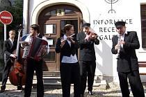 Poslední den festivalu zahájila skupina Létající rabín pouličním vystoupením.