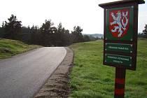 Nová dva kilometry dlouhá asfaltová cesta prochází mezi dvěma remízky, které jsou součástí chráněné lokality Kobylinec. Roste na ní vzácný koniklec velkokvětý.