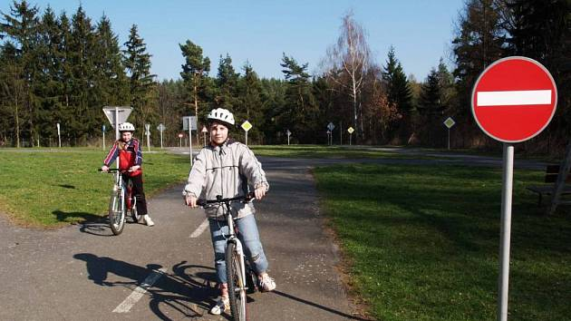 Na dopravním hřišti u Základní školy Bartuškova si mohou děti vyzkoušet každou středu od čtyř do šesti hodin odpoledne své cyklistické dovednosti.