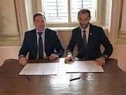 Za Dukovany se pod memorandum podepsal starosta Miroslav Křišťál a za Poljarnyje Zori primátor Maxim Puchov.