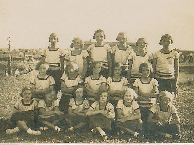 Žákyně Sokola na snímku z roku 1930.