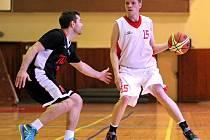 Vyrovnaný basketbal nabídl první čtvrtfinálový duel mezi Třebíčí (v bílém)  a Slovanem Černá Pole. Ovšem sedmibodový náskok do domácí odvety si odvezli Brňané.