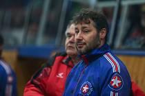 """""""V mládežnickém hokeji za světovou konkurencí zaostáváme,"""" přiznává Martin Sobotka (vpředu)."""