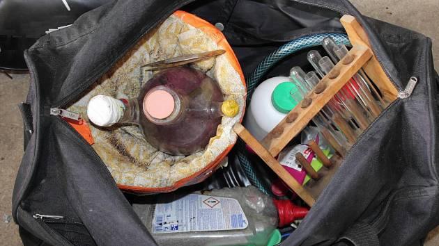 Předměty a chemikálie určené k výrobě drogy nalezené u zadrženého.