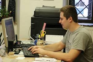 Na dotazy odpovídá i zaměstnanec novoměstského informačního centra Josef Humlíček (na snímku).