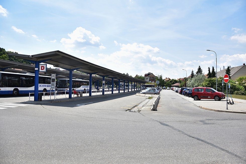 Odstraněním jednoho nástupiště by v areálu autobusového nádraží mohlo vzniknout dalších zhruba sedmdesát parkovacích míst.