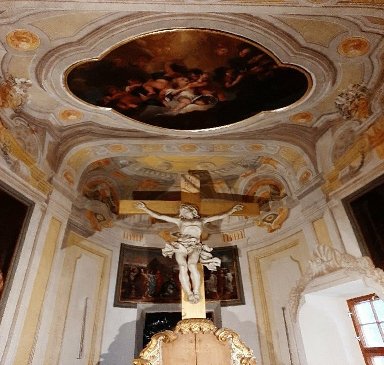 Obraz na stropě po obnově.