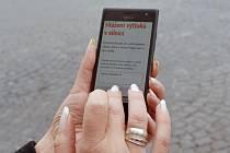 Lidé tak mohou mnohdy nebezpečné výtluky v silnicích nafotit mobilním telefonem.