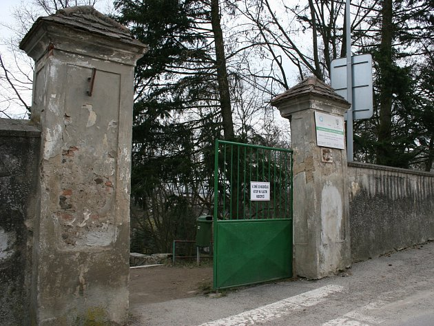 Zeď ohraničující dolní park a ulici Tyršovy sady v Moravských Budějovicích.