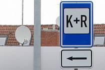 POLIB, PARKUJ A JEĎ. Značka P+R, označuje místa pro řidiče, kteří přestupují na hromadnou dopravu. K+R je pro ty, již vezou někoho na vlak či autobus.