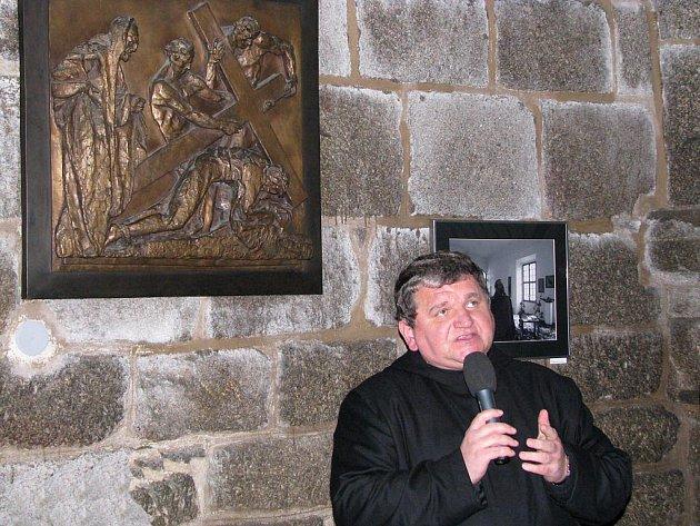 Slavnostní vernisáže se kromě autora fotografií Jiřího Nováčka a tamního faráře Jakuba Holíka i převor benediktinského arciopatsví Praha-Břevnov Prokop Siostrzonek.