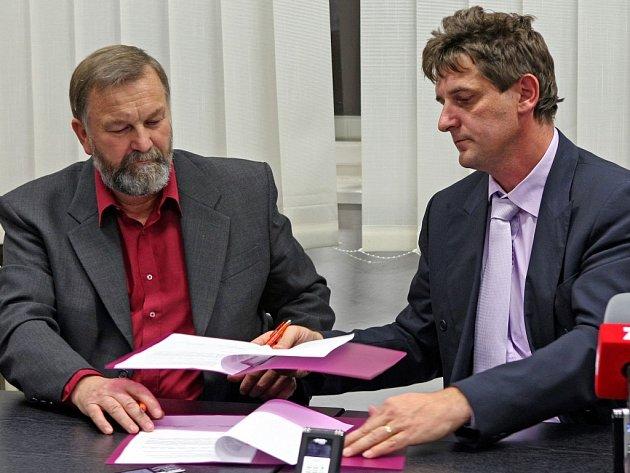 SMLOUVA PODEPSÁNA. Předseda vysočinských komunistů Karel Tvrdý (vlevo) společně se sociálním demokratem Liborem Jouklem potvrdili svými podpisy platnost dohody o podpoře menšinové vlády sociální demokracie v kraji.