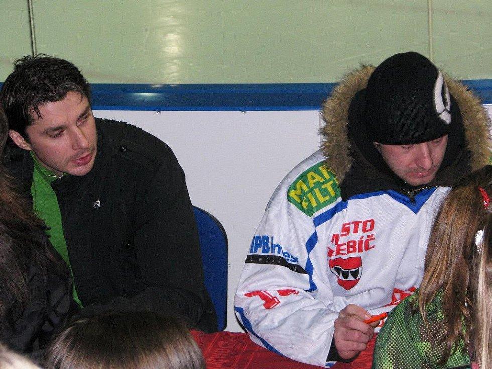 Součástí akce Bruslení s Gambrinusem na třebíčském stadionu byla krom ledové plochy připravena také autogramiáda hráčů Horácké Slavie.