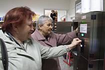 Čerstvé nepasterizované mléko z automatu mají zákazníci v oblibě stále více. Pochvalují si jeho chuť i nutriční hodnotu. Snímek zachycuje třebíčské zákaznice u automatu v bývalé Večerce na Karlově náměstí.