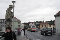 Původní názvev stavby zní Masarykův most. Pojmenování však Třebíčané nepoužívají. Auta tam jezdí, brzdí, stojí ve frontě a rozjíždějí se.  Hustý provoz odsoudil most postavený ve stylu funkcionalismu k zániku.